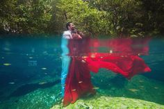 Underwater pre-wedding photoshoot ideas are trending the most. Such a magical couple's underwater photoshoot is goals. Surely these beautiful underwater poses will help the Indian bride and groom to select some poses for their Pre Wedding Poses, Pre Wedding Shoot Ideas, Pre Wedding Photoshoot, Photoshoot Ideas, Underwater Photoshoot, Underwater Wedding, Underwater Photography, Wedding Photography Styles, Couple Photography Poses