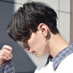 ほりゆうだい ボブ/ショート/デザインカラー/センターパートさんはInstagramを利用しています:「#hair オーダーの多いメンズの#センターパート ○ ファッションにはもちろん、アップスタイルにすればビジネスシーンにも◎ ゆるくパーマをかけるとスタイリングも簡単なのでおススメです◎ マッシュやミディアムからのヘアチェンジ、ご相談下さい○ #hori_mens…」 Haircuts For Teenagers, Asian Boy Haircuts, Asian Man Haircut, Cool Boys Haircuts, Haircuts For Men, Cut My Hair, Hair Cuts, Haircut Parts, Korean Men Hairstyle