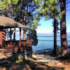 Amazing Summer Cabin Lake for Vacation. Open houses, even houses in plantation or rural areas seem very simple, fresh, friendly and comfortable. Lake Cabins, Cabins And Cottages, Cabin Homes, Log Homes, Beautiful Homes, Beautiful Places, Lakeside Living, Lakeside Cabin, Porche