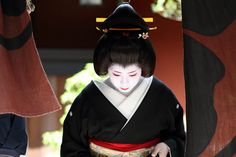 travel / kyoto / geisha / beautiful / japanese / woman / japan / canon 7d 芸妓 絢佳司さん by momoyama, via Flickr