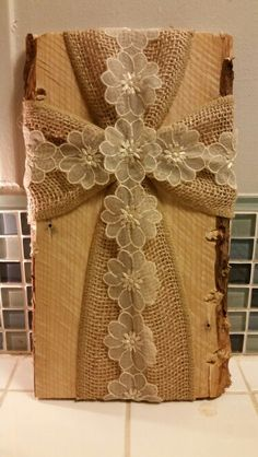 Burlap cross on pallet wood. Perfect for granny for mothers day Wooden Cross Crafts, Barn Wood Crafts, Wooden Crosses, Crosses Decor, Pallet Crafts, Wall Crosses, Rustic Burlap Crafts, Wood Pallets, Pallet Wood