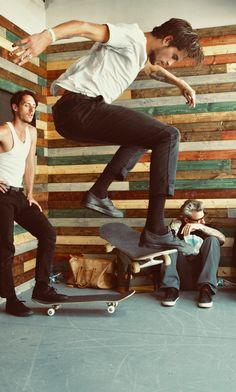 Dylan Reider using his board Normcore Fashion, Mens Fashion, Sean Pablo, Skater Boys, Skate Style, Skate Surf, Dynamic Poses, Male Beauty, Men Dress
