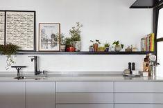 Gabinete da cozinha cinza claro. Prateleira de aço preta. Decoração com plantas e temperos. Table, Furniture, Home Decor, Steel Racks, Kitchen Grey, Plant Decor, Architecture, Appliance Cabinet, Spices