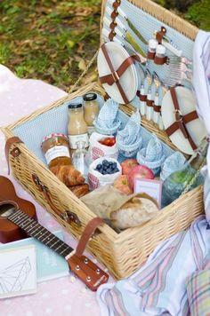 Leuk en aardig, zo'n uitgebreide picknick in het zonnetje, maar het vergt toch heel wat tijd om voor te bereiden. Voor als je daar geen zin in of simpelweg geen tijd voor hebt bestaan er heel wat bedrijfjes die dat maar wàt graag voor je doen. Doosje ophalen of laten bezorgen, een zonovergoten plek opzoeken en genieten maar! De keuze is reuze, kijk maar: