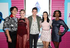 The Riverdale cast hit the red carpet at Sunday's Teen Choice Awards - their first appearance since news of a Lili Reinhart and Cole Sprouse romance broke Cole Sprouse Dating, Cole Sprouse Haircut, Cole Sprouse Snapchat, Cole Sprouse Shirtless, Cole Sprouse Hot, Cole Sprouse Funny, Memes Riverdale, Riverdale Cast, Riverdale Netflix