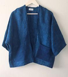 Linen Shibori cardigan Indigo dyed kimono Linen blazer linen kimono cardigan kimono with patch pockets hand dyed shibori linen cardigan Gilet Kimono, Cardigan Kimono, Kimono Jacket, Look Kimono, Style Kimono, Kimono Fashion, Denim Fashion, Look Fashion, Streetwear Mode