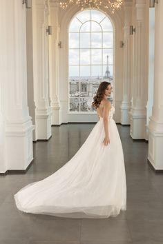 Rochie de mireasa stil A-line, fluida si vaporoasa. Aceasta este una dintre acele rochii care nu necesita crinolina sau jupoane. Paris, Wedding Dresses, Fashion, Bridal Dresses, Moda, Montmartre Paris, Bridal Gowns, Wedding Dressses, Weeding Dresses