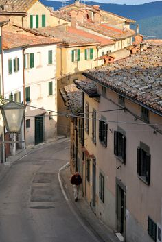 This is such an adorable town. I fell in love with it in 2009 when I visited. Cortona Arezzo in İtaly Toscana Italia, Italy Street, Under The Tuscan Sun, Visit Italy, Tuscany Italy, Siena, Italy Travel, Adventure Travel, Beautiful Places