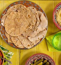 Conheça os diferentes tipos de pães e aprenda a fazer em casa. Nem todo pão vai ao forno. Começando pelo chapati, receita indiana que também dispensa o fermento. O disco fino de massa tem que ser aberto com o rolo e assa direto no fogão.