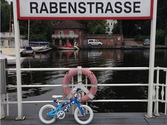 """In unserem Blog """"OLLOs Welt"""" haben wir heute für Euch eine Fahrradtour in Hamburg beschrieben, die ihr gut mit den Kiddies machen könnt. Wenn ihr schöne Fahrradtouren für Kinder kennt, dann lasst es uns wissen. Wir nehmen die gern in unserem Blog auf. Danke!  #kidsonbikes #ollobikes #radtour"""