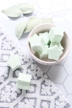 Make your own peppermint shower melts Homemade Beauty, Homemade Gifts, Diy Beauty, Diy Gifts, Organic Homemade, Xmas Gifts, Diy Lipbalm, Eucalyptus Shower, Eucalyptus Oil