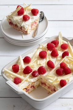 Tiramisu met frambozen en witte chocolade - recept / White chocolate tiramisu with rapsberries - recipe Beaux Desserts, Just Desserts, Delicious Desserts, Yummy Food, Bbq Desserts, Tart Recipes, Baking Recipes, Sweet Recipes, Happy Foods