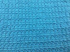 """Karklud i klyngemasker Karklud hæklet i parallelle klyngemasker. Guiden i mønsteret finder du HER Mønsteret er deleligt med 2. Klyngemasker laves som alm stgm, men uden sidste gennemtræk. Der laves 3 ufærdige stgm, og derefter lavers sidste gennemtræk gennem alle løkkerne på nålen.  Kludener hæklet iMayflower cotton8/4 fra Hobbii på nål nr. 3 Der er brugt ca.45-50 g. pr klud Mål 28×28 cm Slå 68 luftmasker op. Hækl 1 fm, i 2 lm fra nålen, """"lav 1 lm, spring 1 maske over og hækl 1 f..."""