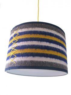 Lampenkap Verhuisdeken | Collectie Metro van Tante Ted | Tante Ted Dyi Lighting, Types Of Lighting, Interior Design Advice, Diy Interior, Thing 1, What To Make, Lampshades, Wool Blanket, Lamp Light