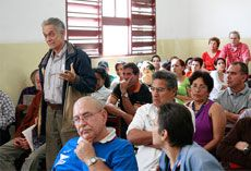 Trabajadores debatiendo el Proyecto de Lineamientos Económicos y Sociales del partido y la Revolución