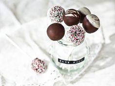 Cake pops in dark and white chocolate coating! Divine Chocolate, Chocolate Lovers, White Chocolate, Chocolate Coating, Match Making, No Bake Cookies, Baking Cookies, Piece Of Cakes, Cookies And Cream