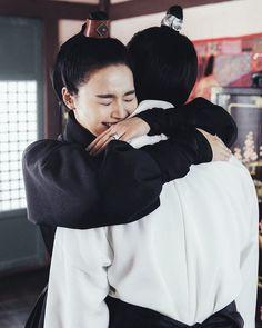 she's hugging wang eun. SHES HUGGING WANGEUN. SHES HUGGING BAEKHYUN!  -  { #exo #baekhyun #byunbaekhyun }