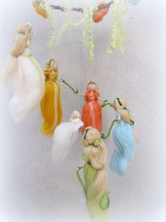 Wiegenfeen Mobile, Fee Wolle, Elfen, Waldorf von filzweiber auf DaWanda.com Wool Dolls, Felt Dolls, Wet Felting, Needle Felting, Waldorf Crafts, Waldorf Dolls, Felt Angel, Handmade Angels, Felt Mobile