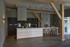 Wood details in dream kitchen    Weja Interieur Bouw realiseerde deze prachtige keuken die perfect past bij al het hout in de woning. De apparatuur in de keuken komt van Miele.   #WejaInterieurBouw #keuken #kitchen #hout #wood #keukenapparatuur #Miele #keukeninspiratie #kitcheninspiration #dreamkitchen