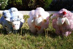 Cada niño con su ovejita. Decora su habitación será diferente. El patchwork esta muy de moda, es una artesanía. La persona que lo recibe, recibe cariño. Desde 12 € se puede bordar la inicial del nombre.