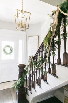 Holiday's Coming, Decorating Your Staircase For A Cheerful Christmas - Home of Pondo - Home Design Christmas Staircase Decor, Diy Christmas Garland, Shabby Chic Christmas, Farmhouse Christmas Decor, Christmas Home, Christmas Decorations, Staircase Decoration, Christmas 2019, White Christmas