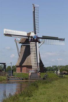 """Leegkerk """"De Jonge Held"""" adres Friesestraatweg 438, 9746 TL, Leegkerk functie poldermolen type  achtkante bovenkruier bouwjaar 1829 eigenaar Molenstichting Westerkwartier"""