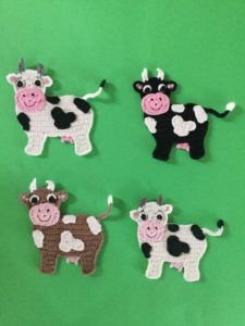 Crochet Cow Pattern Get this free crochet pattern cow appliqué at Kerri's Crochet. Marque-pages Au Crochet, Crochet Mignon, Crochet Motifs, Cute Crochet, Crochet Crafts, Crochet Dolls, Crochet Projects, Crochet Poncho, Crochet Squares