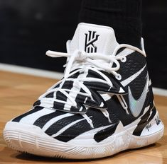 Jun 2019 - Kyrie Irving and his signature shoe line have had a tremendous impact on the league. The evolution from the Nike Kyrie 1 to the league/fan-favorite Nike Kyrie 4 has taken the sneaker community by stor. Kyrie Irving Basketball Shoes, Kyrie Irving Shoes, Basketball Shoes For Men, Volleyball Shoes, Mba Basketball, Sports Shoes, Foams Shoes Nike, Zapatillas Nike Basketball, Kicks Shoes