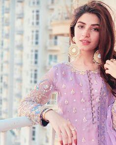 Asian Wedding Dress Pakistani, Simple Pakistani Dresses, Pakistani Fashion Casual, Pakistani Dress Design, Pakistani Outfits, Indian Dresses, Pakistani Clothing, Shadi Dresses, Pakistani Girl