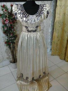 Modèles très modernes que j aime beaucoup, toujours dans le thème traditionelle, strass et broderies argentés mettant en valeur cette robe!