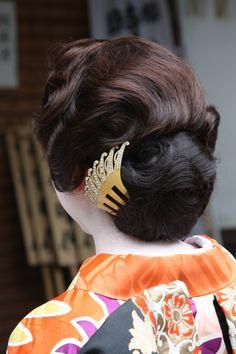 「耳隠し」。大正時代の女性に大流行した髪形で束髪の一種。 Japan Hairstyle, Pretty Updos, Japanese Costume, Wedding Kimono, Hair Arrange, Finger Waves, Hair Ornaments, Hair Designs, Wedding Colors