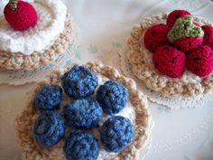 Who needs to bake when you could have these yummy treats in your kitchen. Just get out your yarn and hooks, put the flour and wooden spoons away and enjoy. These are much more satisfing to make and less mess. They don't smell as good though! Custard Tart, Vanilla Custard, Crochet Food, Crochet Ideas, Raspberry, Strawberry, Fake Food, Play Food, Yarn Crafts
