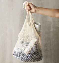 Draag je vers gekochte fruit of fitness handdoek in deze vintage Point-Virgule nettas Parijse. De tas is van 100% polyester en heeft een hippe kleur. Het nettasje heeft een lengte van 33 cm (excl. handvatten) en is 45 cm breed. Inclusief de lange handvatten is de Point-Virgule Parijse nettas 63 cm lang. Door het handige formaat is hij makkelijk op te bergen in je rugzak. Een Point Virgule Parijse nettas is 100% BPA- en ftalaatvrij dus voedselveilig. De tas kan gewoon in de wasmachine. Le Point, Bags, Cooking, Handbags, Bag, Totes, Hand Bags