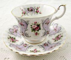 Šálek na čaj * bílý fialově zdobený porcelán s malovaným motivem růží ♥