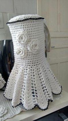 Capas para liquidificador feitas em crochê fica lindas e da um up na sua cozinha Crochet Kitchen, Crochet Home, Crochet Designs, Crochet Patterns, Crochet Tank Tops, Crochet Pumpkin, Crochet Table Runner, Pumpkin Crafts, Filet Crochet