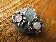 Pink Quartz and Silver Boho Earrings. Flower por PuntoPausa en Etsy