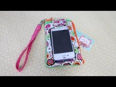Bolsinha  para celular com o visor transparente  passo a passo Sewing Hacks, Sewing Tutorials, Sewing Projects, Phone Charging Holder, Cell Phone Pouch, Clear Bags, Love Sewing, Mobile Cases, Bag Tutorials