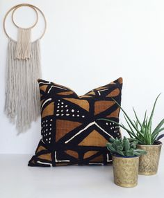 If you become stuck for ideas, you cam see this elegant mudcloth pillow design and you'll be able to get a great deal of ideas that are helpful. African Interior, African Home Decor, Designer Pillow, Pillow Design, Accent Pillows, Throw Pillows, Interior Desing, African Mud Cloth, Home And Deco