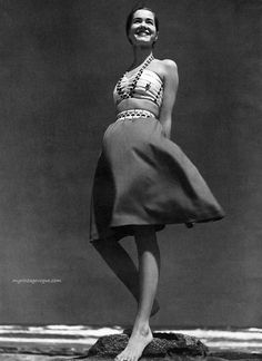 Vintage but a perfect summer outfit NOW! Look at the modern lines! Harper's Bazaar May 1943 - photo by Louise Dahl-Wolfe Martin Munkacsi, Edward Steichen, Diana Vreeland, Lauren Bacall, Richard Avedon, Vintage Swim, Vintage Style, Vintage Bohemian, Harper's Bazaar