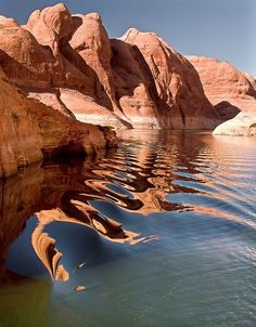 If you are looking for the perfect place to spend an upcoming vacation, Lake Powell is one of the most beautiful places in the world. Lake Powell Utah, Am Meer, Beautiful Places In The World, Parcs, Belle Photo, Vacation Spots, Strand, Wonders Of The World, Places To See