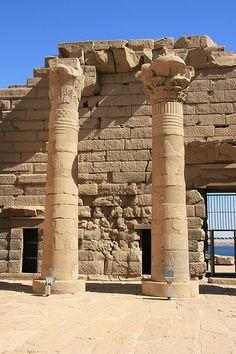 Le site de Kalabsha est une ile sur le lac Nasser où ont été remonté trois temples, qui devaient ètre enseveli par la montée des eaux du barrage. Ici le temple de Kalabsha.