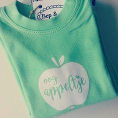 Babyshirt oogappeltje #eigenontwerp #fairtrade #duurzaam #sustainble #nochildlabor van www.bepenco.com