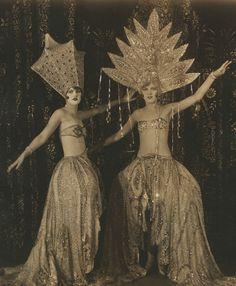 ♕ Vintage Costume Variations ♕ Two Ziegfeld Girls Look Vintage, Vintage Beauty, Vintage Ladies, Vintage Fashion, Gothic Fashion, Steampunk Fashion, Funny Vintage, 1930s Fashion, Edwardian Fashion