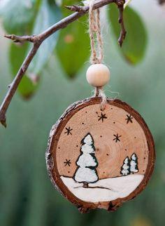Decorazione natalizia per albero di Natale o per ghirlanda natalizia, realizzato con pirografo e pittura acrilica #natale #bianco #legnoriciclato #handmade #pirografo #ornamentonatalizio #etsy http://etsy.me/2jHXeCY