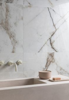 Polar White Gloss Porcelain Mandarin Stone, Marble Showers, Calacatta Gold, Marble Effect, Marble Tiles, Decorative Tile, Best Interior Design, Black Marble, Small Bathroom