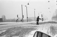 Fotocollectie » Sneeuw, met emmertjes zout proberen ze de wegen berijdbaar te houden | gahetNA