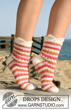 """Summer Sorbet Socks - Crochet DROPS socks in """"Alpaca"""" with stripes and lace pattern. Size 35 to - Free pattern by DROPS Design Crochet Socks Pattern, Crochet Boots, Crochet Gloves, Crochet Slippers, Crochet Patterns, Knitting Patterns, Scarf Patterns, Knitting Tutorials, Drops Design"""
