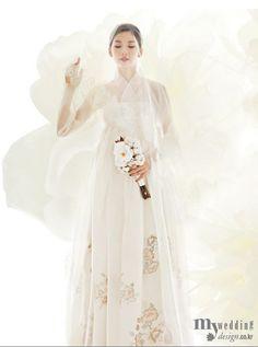 Design by Bydan 바이단 Korean traditional wedding dress - Hanbok 한복 Korean Traditional Dress, Traditional Fashion, Traditional Dresses, Traditional Wedding, Korean Dress, Korean Outfits, Hanbok Wedding, Modern Hanbok, Korean Wedding