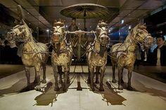 Day 6 De rijen soldaten van het Terracottaleger zijn wereldberoemd. Maar tijdens de diverse opgravingen zijn ook complete paard en wagens terug gevonden. Waarbij de paarden hoofdtooien van brons droegen.