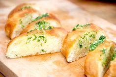 Her får du opskriften på de absolut bedste hjemmelavede hvidløgsflutes, som du laver med en super god hvidløgssmør. Og det er meget nemt. Hvidløgsflutes er nok noget de fleste køber på frost, men d… Weber Grill, Spanakopita, Dessert Recipes, Desserts, Diy On A Budget, Dory, Tapas, Mashed Potatoes, Grilling